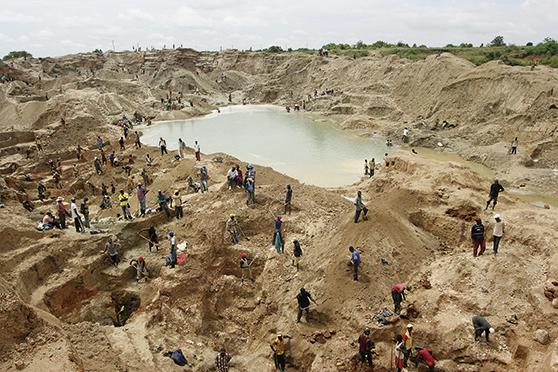 Mühselige, harte Handarbeit in unzähligen Schürfstellen | Foto: Thierry Michel/Katanga Business