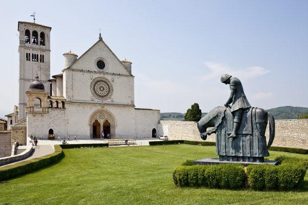Vor der Kirche San Francesco in Assisi: Eine mächtige Erinnerung an Franziskus, den kleinen Bruder und nicht den erfolgreichen Ritter.   Adrian Müller