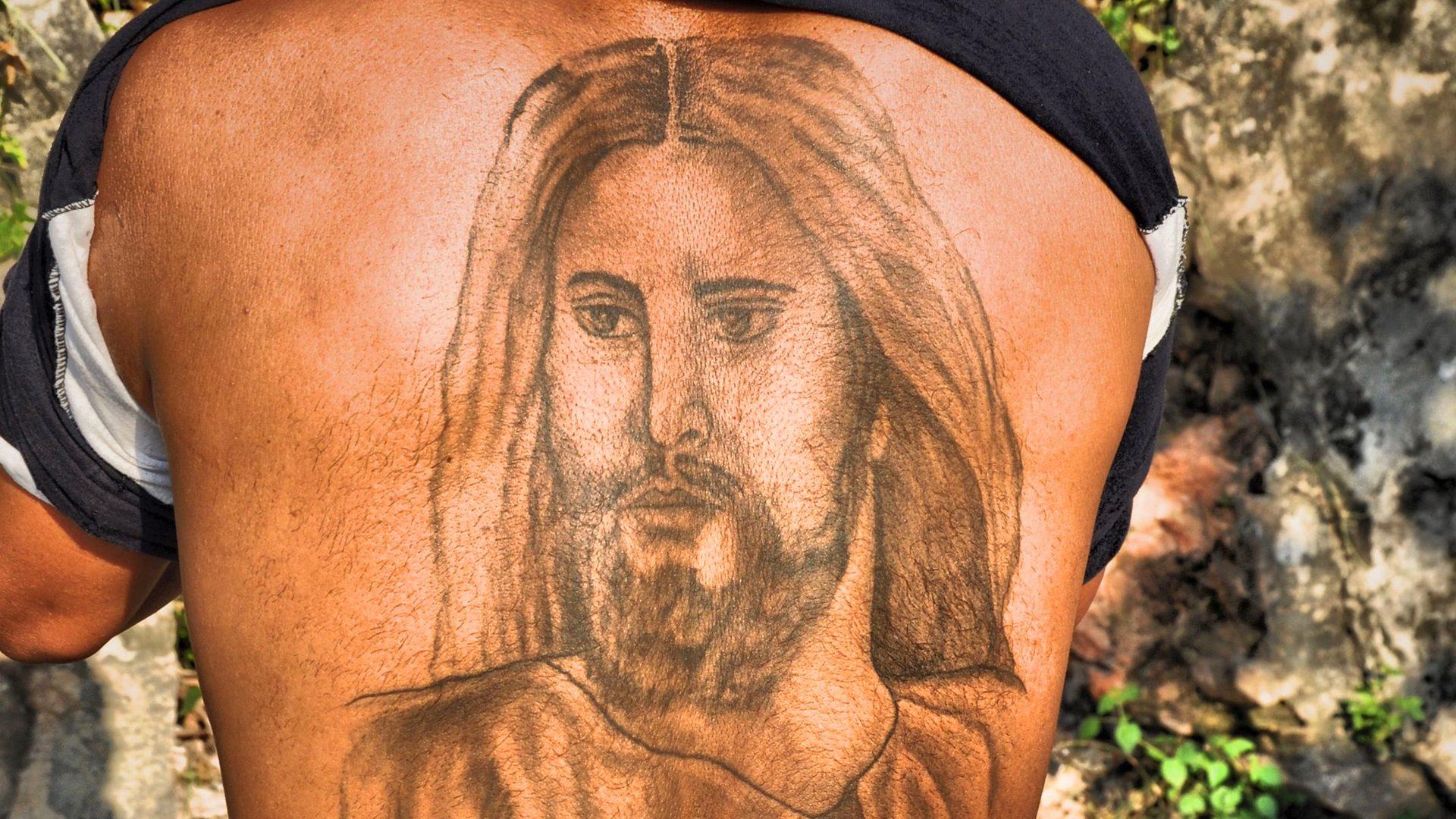 Ein Zeugnis mit Tattoo © Nadine Crausaz