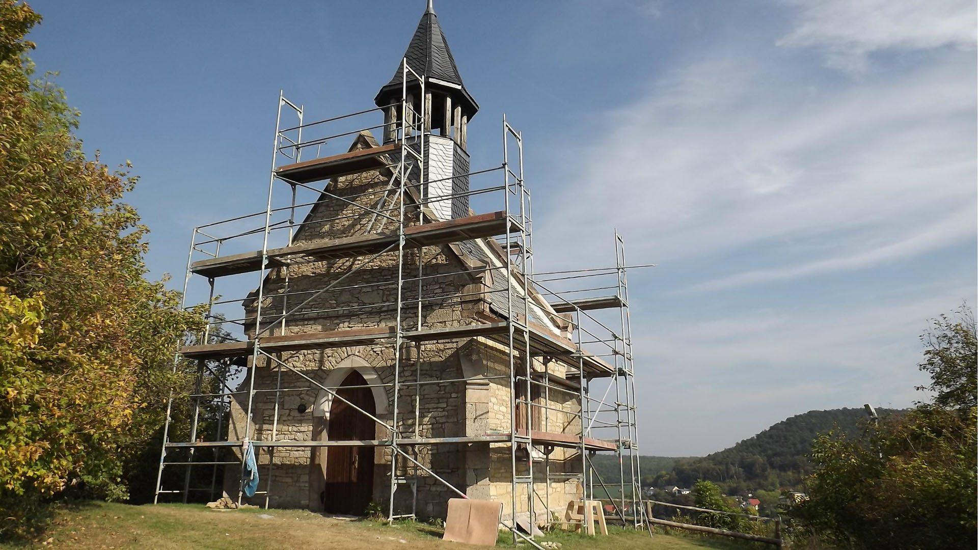 Kirche eingerüstet und im Umbau  | © Michael Loeper/Pixelio.de