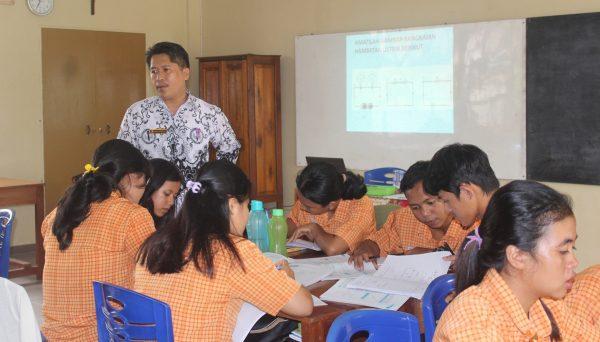 Engagierte Schülerinnen und Schüler im Klassenzimmer der Schule von Maniamas, Ngabang ©Jakob Willi