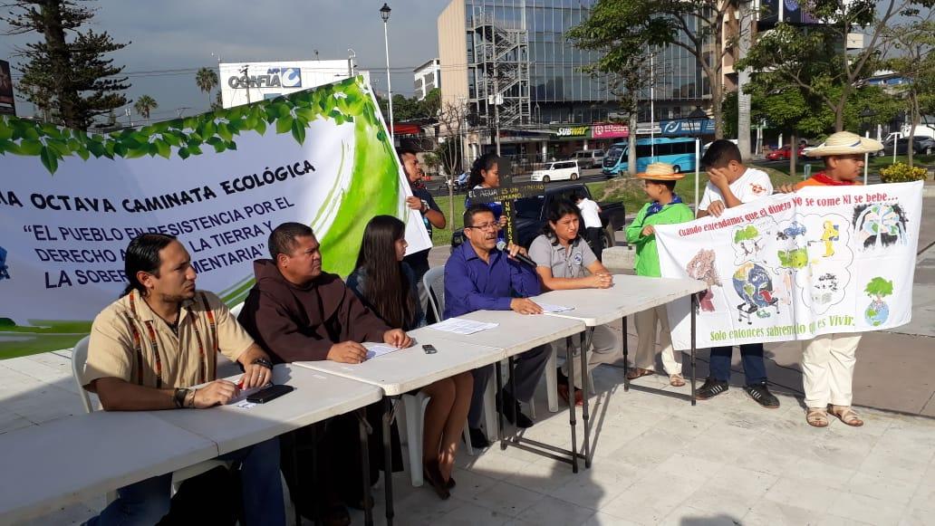 FI mit lokalen Partnern in El Salvator fordern das Recht auf sauberes Wasser. © Franciscans International