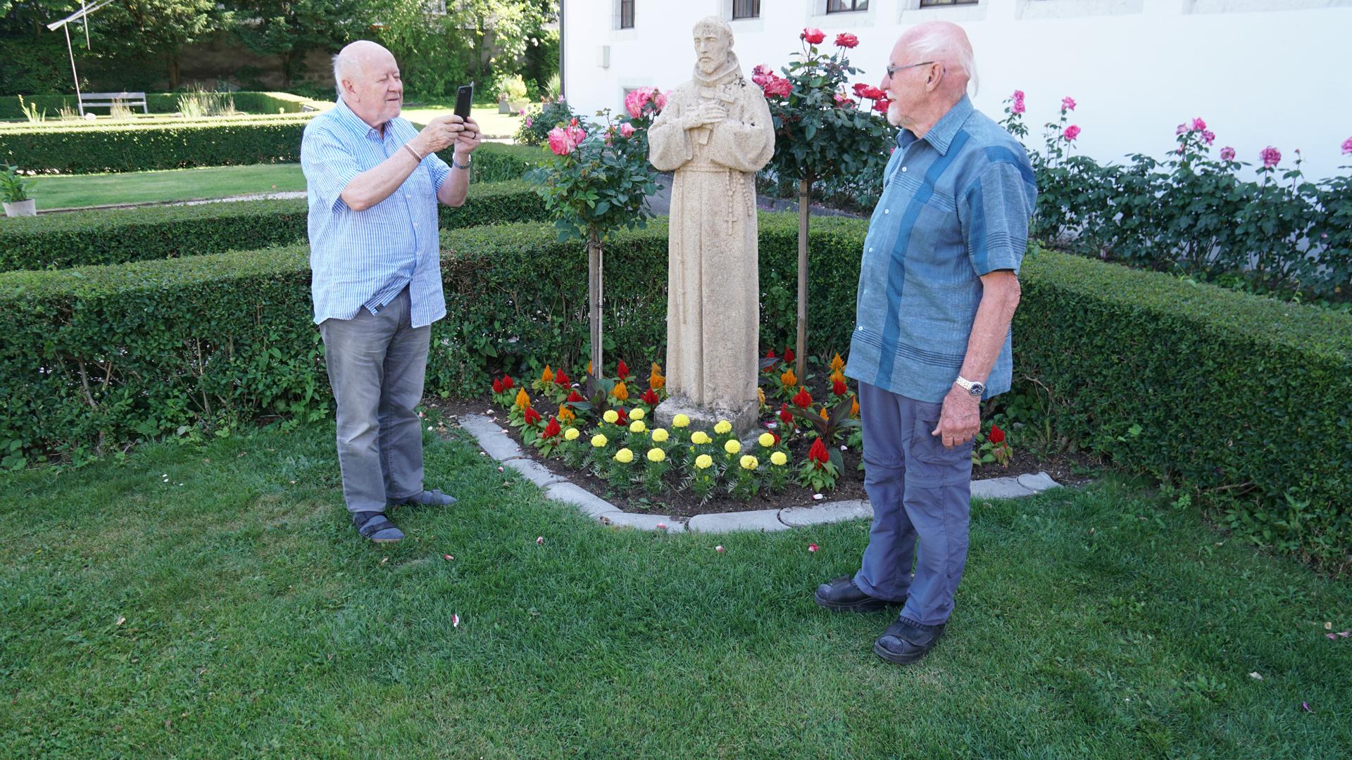 Werner Gallati (l.) mit seinem Bruder Raimund im Klostergarten von Olten. © Beat Baumgartner