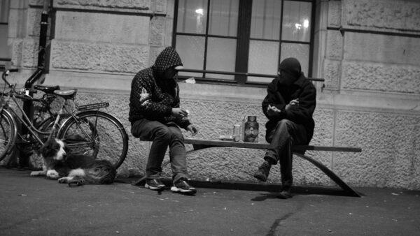 Obdachlose in Basel ruhen sich aus und essen gemeinsam etwas. © Schwarzer Peter