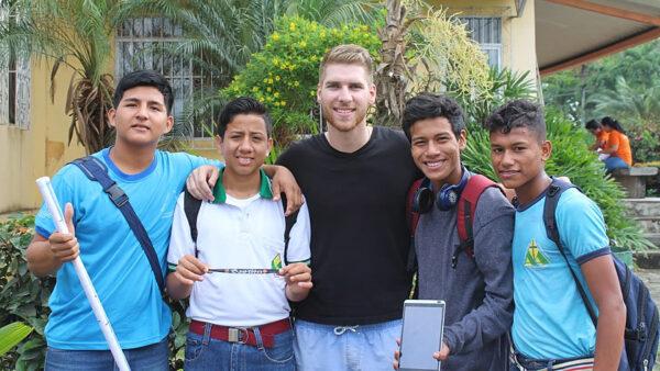 Alan mit Jungs des Fussballprojekts von Don Bosco in Ecuador. © partage-voyage