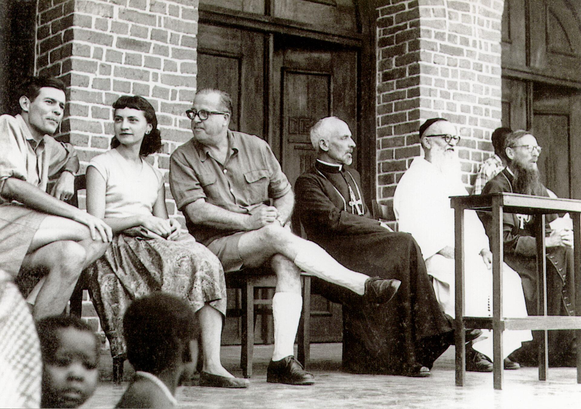 Bischof Edgar Maranta (4.v.l.) neben Professor Rudolf Geigy, 1949 anlässlich der Eröffnung des Feldlabors des Tropeninstituts in Ifakara. © Edgar Widmer