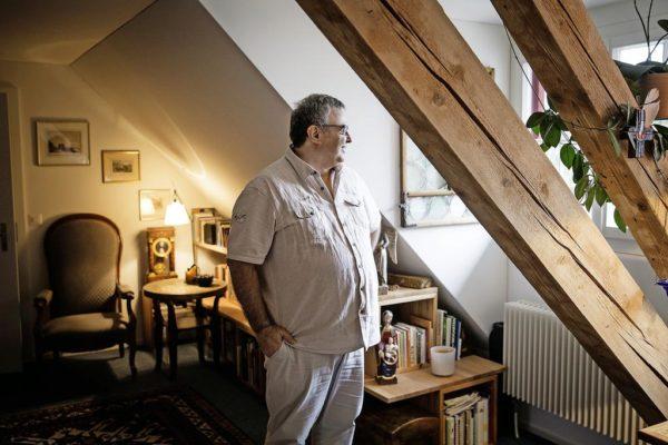 Profitiert vom Klosternahen Wohnen: Thomas Schubiger (54) in seinem Studio. Bild: Manuela Jans-Koch