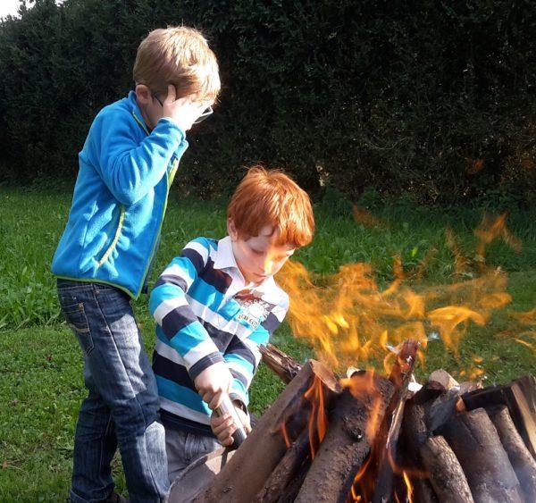 Lukas und Jonas sind die perfekten Feuermacher