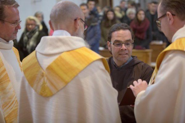 Bruder Kletus Hutter legt vor seinem Ordensoberen Bruder Agostino Del Pietro die Ordensgelübde als Kapuziner ab.