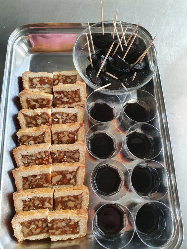 Kulinarik gespendet vom Nussbaum:    Br. Josef's Nussschnitten  -   Br. Beat's Ratafia  -   Br. Paul's Schwarze Nüsse