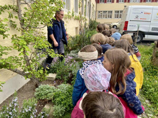 Gartenführung mit Kindern   Foto: Regula Keiser