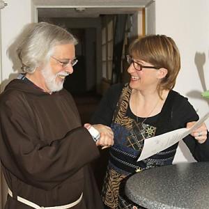 Br. Hans Portmann bekommt von Esther Rüthemann die Urkunde überreicht.