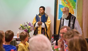 Sowohl Adjut wie der indonesische Ehrenprediger tragen typisch indonesische Stolas.