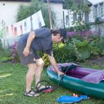 Sr. Rosmarie Sieber hat die Wäsche übernommen. Kletus macht sein Boot startklar.