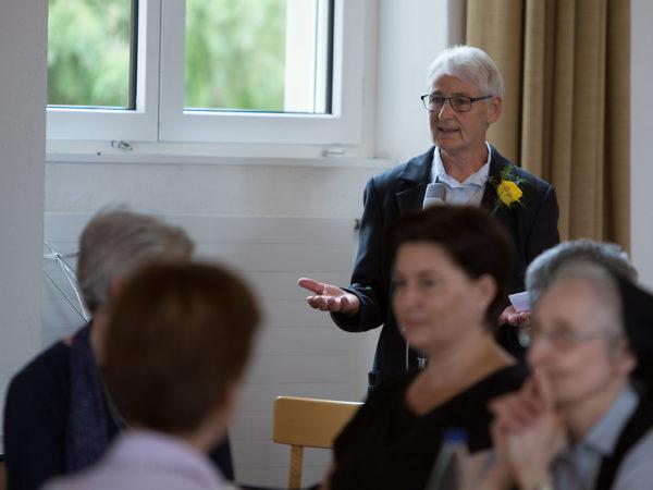 Sr. Ursula bei der Festansprache unter Kursgenossinnen.
