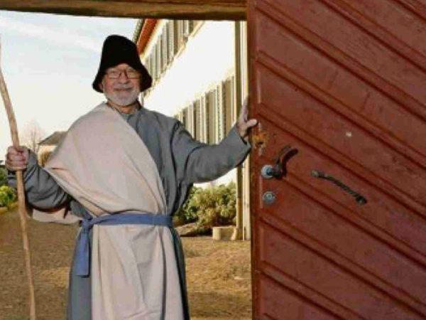 Paul Meier öffnet am Sonntag um 18 Uhr das Tor des Kapuzinerklosters, auf dass sich die Sternsinger auf den Weg in die Altstadt machen.