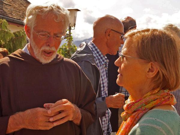 Bruder Hans ins Gespräch vertieft nach dem Abschiedsgottesdienst.