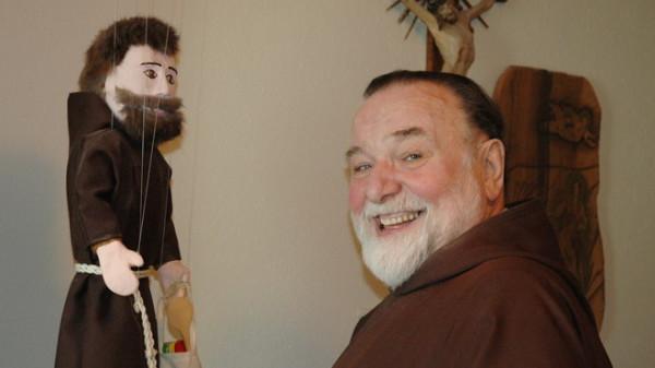 Bruder Justin Thalmann mit dem für ihn typischen Lachen im Gesicht und seiner Marionette, die ihm fast aufs Haar gleicht.