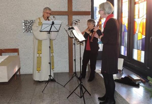 Den zahlreich anwesenden Spitalpatienten und Angehörigen war mit dem Flötentrio zur Weihnachtsmesse eine bereichernde Einstimmung geboten. Kapuzinerbruder Josef Haselbach, Trudi Bürki und Andreas Bosshart. Foto: Niklaus Jung