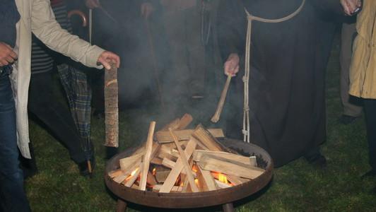 Holzscheite als Sinnbild der Scheiterns werden ins Osterfeuer gelegt