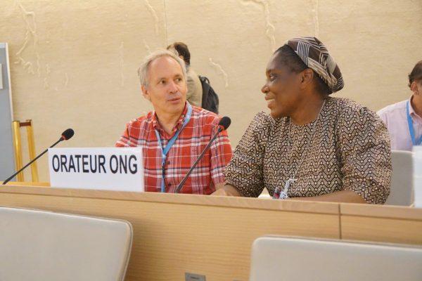 Markus Heinze, der Leiter von Franciscans International im Gespräch mit Schwester Natalie, Mitglied der Augustinerschwestern in der Demokratischen Republik Kongo, im Plenarsaal des Menschenrechtsrates in Genf. © Beat Baumgartner