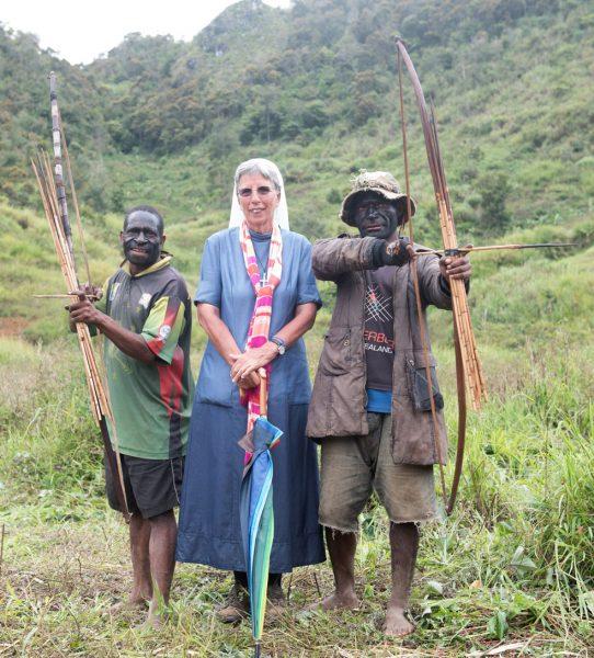 Friedensfest der beiden Dörfer Upa 1 und Upa 2. Nach jahrelangem Krieg und sieben Toten auf beiden Seiten gibt es jetzt Friedensverhandlungen. Sr. Lorena, eine schweizer Franziskanerin, ist als Vermittlerin von den beiden Seiten eingesetzt, Südliches Hochland, Papua Neuguinea, 2/2017
