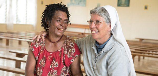 """Christina und Sr. Lorena in einer Kirche in Kundiawa. Christina ist Überlebende einer """"Hexen""""-Verbrennung 2012 in der Nähe von Mendi und wohnt nun weit entfernt in Kundiawa, Papua Neuguinea, 2/2017"""