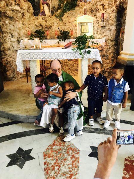 Der Kapuziner Philip Cutajar, Pfarrer der afrikanischen Gemeinschaft von Malta, mit Gläubigen aus Eritrea.
