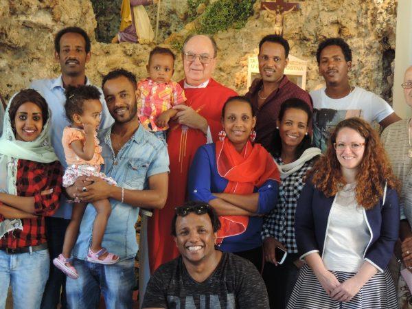 Eritreische Gläubige auf Malta mit ihrem Pfarrer, dem Kapuziner Philip Cutajra.