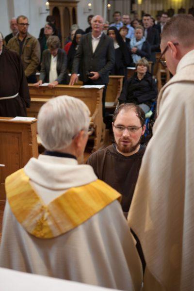 Bruder Pascal Mettler legt vor Provinzial Josef Haselbach (li, von hinten) die Gelübde als Kapuziner ab.  © Adrian Müller