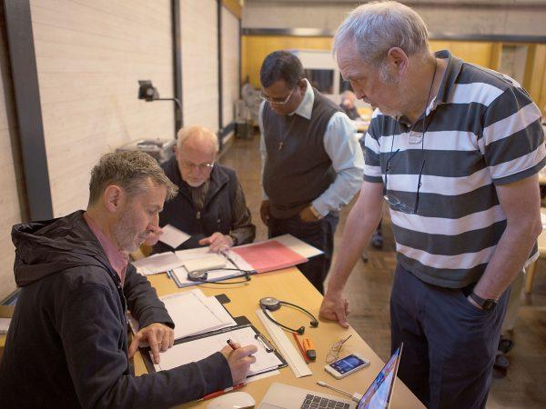 Stimmzähler beim Provinzkapitel im Juni 2019 der Schweizer Kapuziner bei der Arbeit. Bei Wahlen und Abstimmungen sind die seriösen Stimmzähler unabdingbar. Menschen, die im Hintergrund wirken © Adrian Müller, 2019