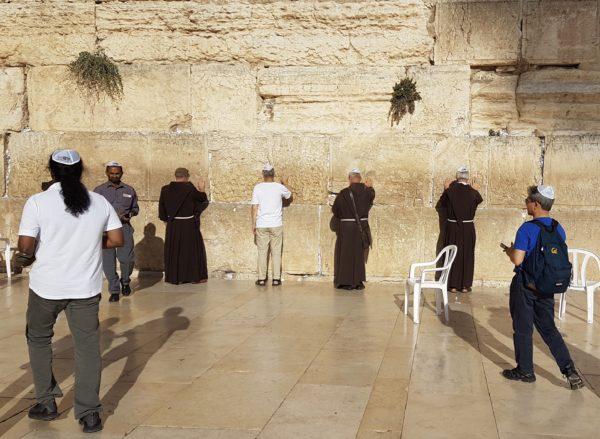 Kapuziner und Juden an der Klagemauer