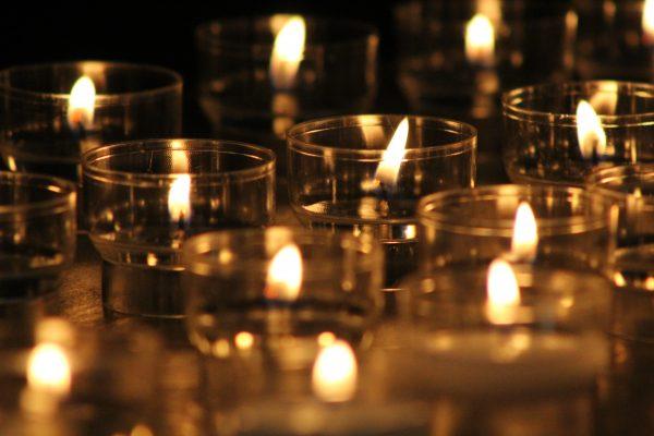 In dieser schwierigen Zeit Kerzen anzünden © GFX, 2020