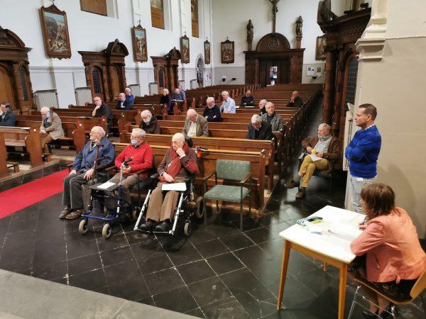 Die holländischen Kapuziner, nun der deutschen Provinz zugehörig, hören ihrem neuen Provinzial zu.    zVg